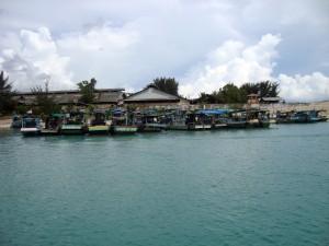 Kapal nelayan modifikasi terparkir rapi di pelabuhan